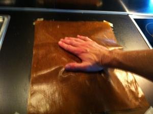 Trykk knekkebrødrøra, som ligger mellom to teflon-stekeark, utover.